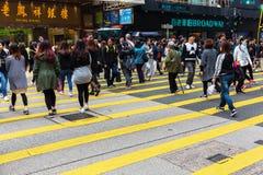 Upptagen trafik på konungvägen i Hong Kong royaltyfria foton