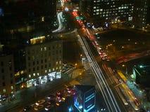 Upptagen trafik på natten i Manhattan, NYC Arkivfoto