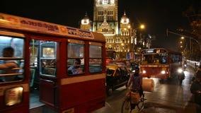 Upptagen trafikgata i nattetiden i Mumbai lager videofilmer