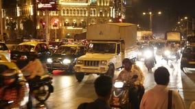 Upptagen trafikgata i nattetiden i Mumbai arkivfilmer