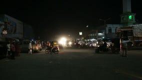 Upptagen trafikgata i nattetiden i Mumbai stock video