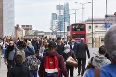 Upptagen trottoar på den London bron Fotografering för Bildbyråer