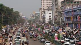 Upptagen vägtrafik på den centrala delen av staden i Dhaka, Bangladesh stock video