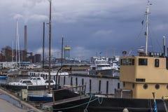 Upptagen våreftermiddag på nordlig hamn royaltyfria foton