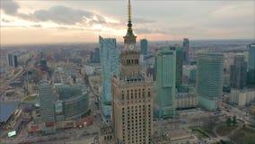 Upptagen Warszawastadsmitt med slotten av kultur och vetenskap och andra nya skyskrapor i sikten En av det h?gst stock video