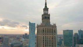 Upptagen Warszawastadsmitt med slotten av kultur och vetenskap och andra nya skyskrapor i sikten En av det h?gst arkivfilmer