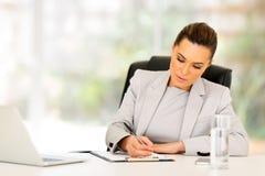 Upptaget affärskvinnaarbete Arkivbild