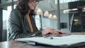 Upptaget arbeta för affärskvinna på bärbara datorn på kontoret lager videofilmer