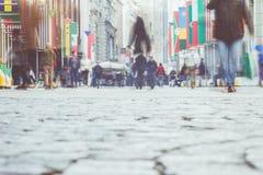 Upptaget folk och modern stad med världsnationsflaggor Arkivfoto