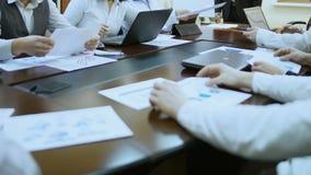 Upptaget folk som arbetar på kontoret och att beskåda presentationen som tillsammans diskuterar projekt stock video