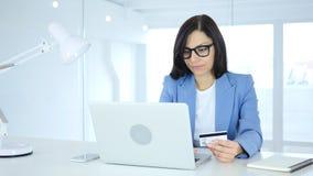 Upptaget i online-shopping, betalning vid kreditkorten Fotografering för Bildbyråer