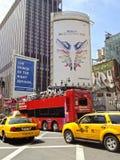 Upptaget liv i gatorna av midtownen Manhattan Fotografering för Bildbyråer