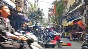 Upptaget lokalt dagligt liv av morgongatamarknaden i Hanoi, Vietnam stock video
