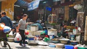 Upptaget lokalt dagligt liv av morgongatamarknaden i Hanoi, Vietnam lager videofilmer