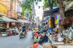 Upptaget lokalt dagligt liv av morgongatamarknaden i Hanoi, Vietnam Folket kan sedd undersökning runt om marknaden arkivbild