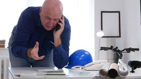 Upptaget samtal för affärsman i regeringsställning till mobilen och att ta anmärkningar i dagordning arkivfilmer