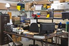 upptaget skrivbordkontor som mottar sändningslagret Royaltyfri Foto