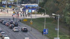 Upptaget stadsövergångsställebilar och stadstrans. arkivfilmer