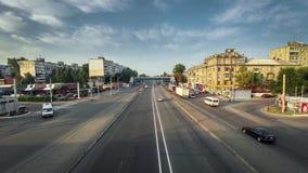 Upptaget stads- stadstrans.utbyte, tung trafikstockningblodstockning, rusningstid, bilar som passerar inkommande körning arkivfilmer
