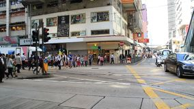 Upptaget stadsfolk på zebramarkering i Hong Kong lager videofilmer