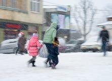 Upptaget stadsfolk som går vidare gatan Arkivfoton