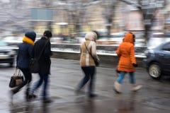 Upptaget stadsfolk som går vidare gatan Arkivbild