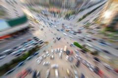 Upptaget trafikera flöde i en modern stad Fotografering för Bildbyråer