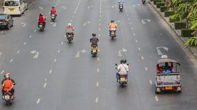 Upptaget trafikera i stad Fotografering för Bildbyråer