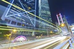 Upptaget trafikera på natten i stad Arkivbild