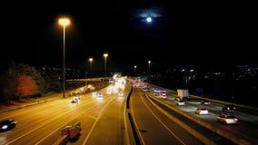 Upptagna City Road med fullmånen stock video