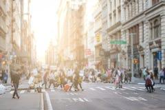 Upptagna folkmassor av folk går över genomskärningen i SoHo New York City arkivbild