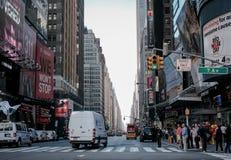 Upptagna gator och trottoar av den 7th avenyn, New York, USA Arkivfoton