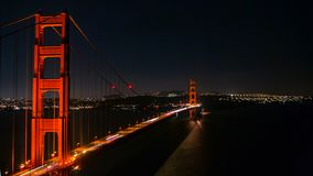 Upptagna Golden gate bridge vid natt arkivbild