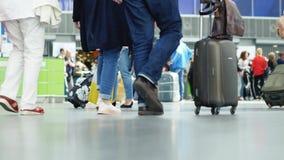 Upptagna passagerare p? flygplatsen flygplats inom terminalen Folket v?ntar p? deras avvikelse arkivfilmer