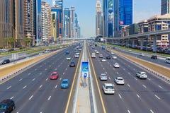 Upptagna Sheikh Zayed Road, tunnelbanajärnväg och moderna skyskrapor omkring i den lyxiga Dubai staden, Förenade Arabemiraten Royaltyfria Bilder