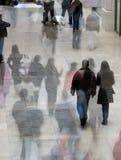 upptagna shoppare Arkivbild