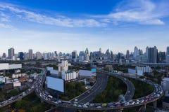 Upptagna timmar för huvudvägväg med den i stadens centrum staden Arkivbilder