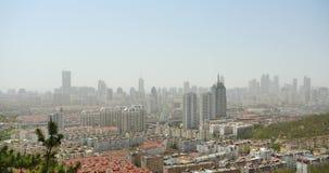 upptagna trafikstockningar för stads- stad 4k, QingDao, porslin affärsbyggnad, luftförorening arkivfilmer