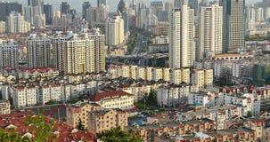 upptagna trafikstockningar för stads- stad 4k, QingDao, porslin hög modern skyskrapa för byggnadsaffär stock video
