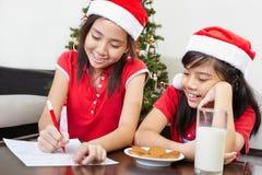 upptagna ungar letter att förbereda santa till Royaltyfri Foto