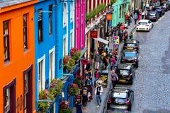 Upptagna Victoria Street i Edinburg, Skottland arkivfoton