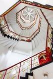 Uppåtriktad sikt av spirala trappor Arkivbild
