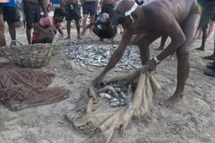 Uppuveli, Sri Lanka - 26 de marzo de 2017: Pescadores locales que arreglan la captura de pescados Imagenes de archivo
