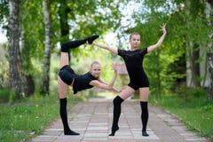 Uppvärmning av tonåriga rytmiska gymnaster Royaltyfri Fotografi