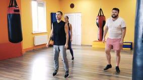 Uppvärmning för den boxas utbildningen Personlig coachning Instruktör och privat övning och övning idrottshall f?r kondition f?r  stock video