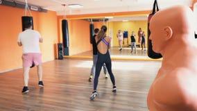 Uppvärmning för den boxas utbildningen Personlig coachning Instruktör och privat övning och övning idrottshall f?r kondition f?r  arkivfilmer