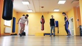 Uppvärmning för den boxas utbildningen Personlig coachning Instruktör och privat utbildning Specialt borrar idrottshall f?r kondi lager videofilmer