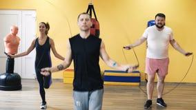Uppvärmning för den boxas utbildningen Personlig lagledare Instruktör och en-på-en övning och övning Konditionlätthet stock video