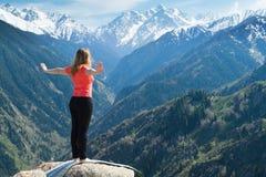 Uppvärmning, innan den gör yoga, poserar. Royaltyfri Fotografi