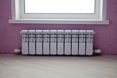 Uppvärmningbatteriregulator på väggen arkivbilder